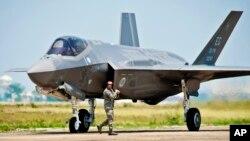 미국 록히드마틴사의 차세대 전투기 F-35. 일본은 미국으로부터 F-35 전투기를 도입하면서 일본 기업들도 부품 개발 형태로 참여하기로 했다. (자료사진)