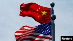 پرچم آمریکا و چین در محل ملاقات هیات های تجاری دو کشور در شانگهای. آرشیو، ۳۰ ژوئیه ۲۰۱۹