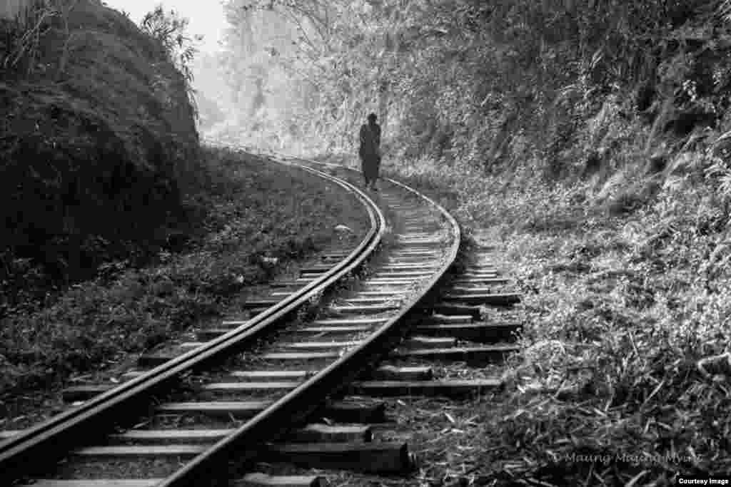 Một người đàn ông đi trên đường ray tại ga Kalaw ở thành phố Kalaw, bang Shan, Myanmar, vào lúc sáng sớm. (Hình: Maung Maung Myint /Na Uy)