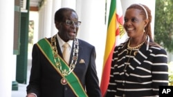 Zimbabwe President Robert Mugabe stands with his wife Grace, as they pose for a photo at State House in Harare, Oct, 28, 2014.