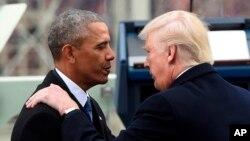 Presiden AS Donald Trump dan pendahulunya, Barack Obama, dalam upacara pelantikan dirinya Januari 2017.