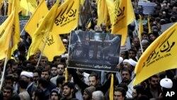 Những người bảo thủ cực đoan Iran xuống đường biểu tình chống Mỹ tại Tehran, ngày 4/11/2013.
