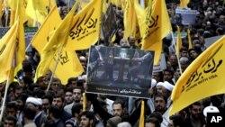 Warga Iran menggelar aksi protes anti-Amerika di Teheran, Iran (4/11). Diperkirakan sekitar 10 ribu pengunjuk rasa ikut dalam aksi protes terbesar tahun ini, untuk memberikan dukungan bagi upaya dialog historis Presiden Hassan Rouhani dengan Washington.