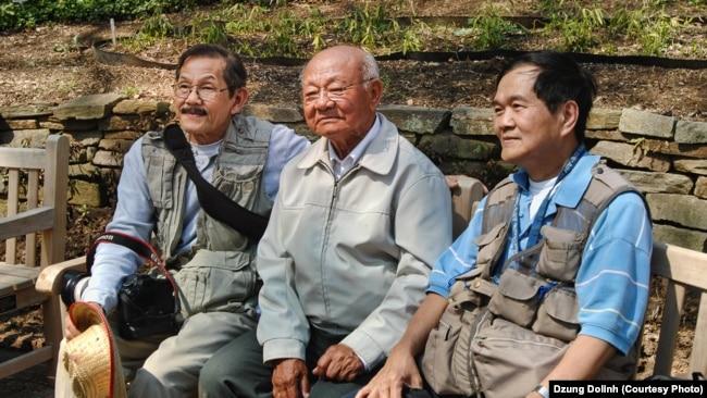 Từ trái ông Dzung Dolinh (Hội trưởng Hội Nhiếp Ảnh Việt Nam vùng Hoa Thịnh Đốn), ông Nguyễn Ngọc Hạnh và ông Trần T. Định (Hội phó Hội Nhiếp Ảnh Việt Nam vùng Hoa Thịnh Đốn) 2013.