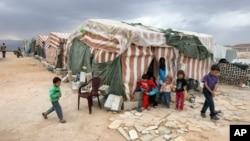 Trẻ em Syria đứng trước lều tại 1 trại tị nạn ở Arsal, 1 thị trấn phía đông Lebanon gần biên giới Syria, 2/10/2012