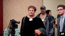 Khalilah Camacho-Ali, la última esposa del boxeador Muhammad Ali, seguida por su hijo, Muhammad Ali Jr., llegan a un foro en el Capitolio de Washington, el jueves 9 de marzo de 2017, donde hablaron de las consecuencias de las políticas de inmigración del presidente Donald Trump.