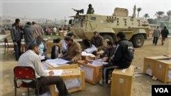 Petugas Pemilu Parlemen Mesir menghitung surat suara yang masuk (foto: dok).