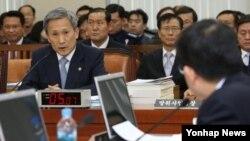 김관진 한국 국방부 장관(왼쪽)이 26일 국회 국방위원회 전체회의에서 의원들의 질문에 답하고 있다.