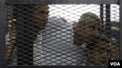 Các án tù 7 năm đối với ông Peter Greste, người Úc, ông Mohamed Fahmy, người Canada, và ông Baher Mohamed, người Ai Cập, đã gặp phải sự chỉ trích kịch liệt từ các nhà lãnh đạo và các tổ chức tự do báo chí trên khắp thế giới.
