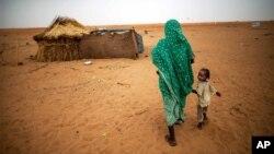 Ảnh tư liệu của UNAMID cho thấy một phụ nữ nắm tay với con gái mình khi họ đi bộ vào trại Zam Zam cho dân tị nạn (IDP) ở Bắc Darfur, Sudan.