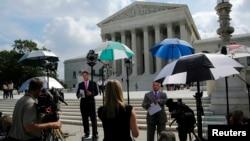 新闻记者在美国联邦最高法院门前等待几个重要案件的判决结果,包括本文所说的案子(2014年6月25日)