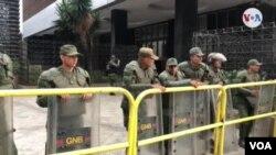 Barricada de la Guardia Nacional Bolivariana impidió el domingo 5 de enero de 2019 la entrada al Parlamento al presidente encargado, Juan Guaidó, y a varios legisladores.