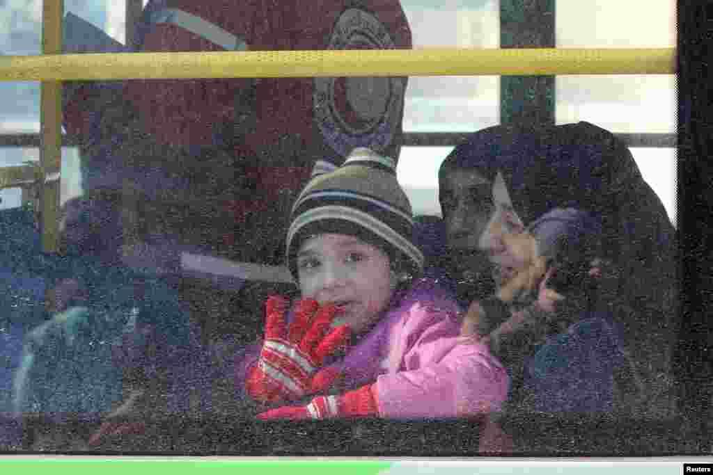 خوشحالی یک کودکی که در حال خروج از حلب سوریه است.