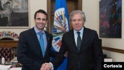 El líder de la oposición venezolana Henrique Capriles, izq., se reunió con el secretario general de la OEA, Luis Almagro.