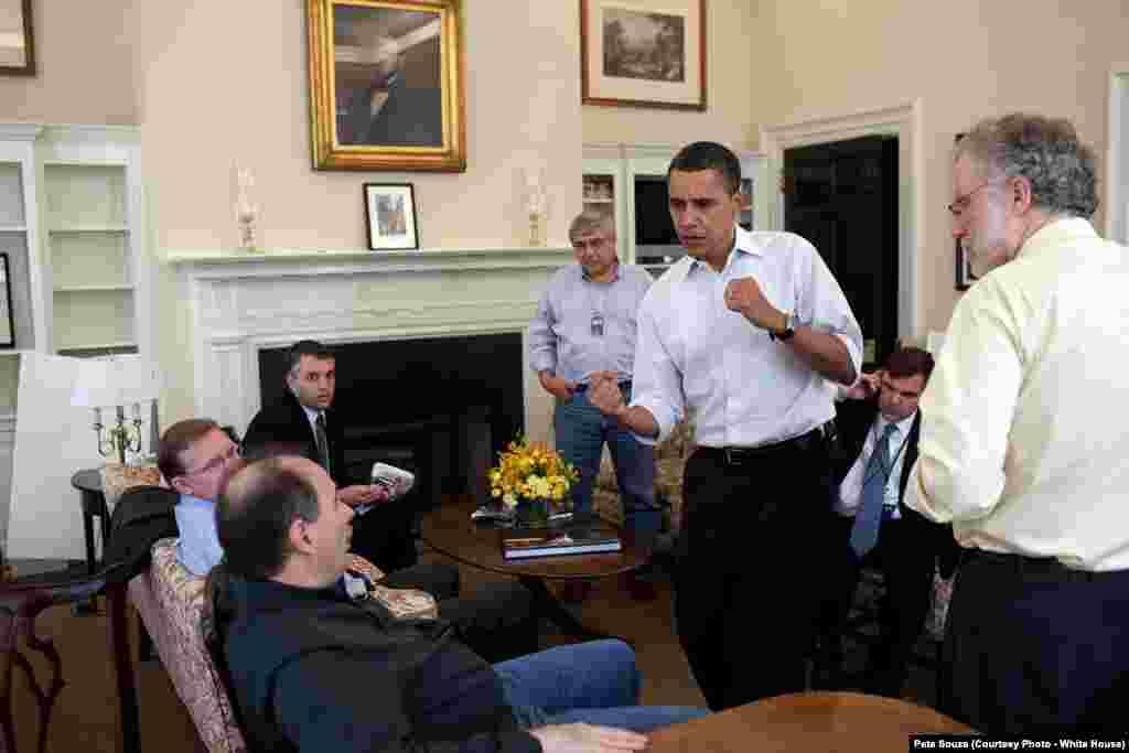 Barack Obama exulte à la Maison-Blanche le jour où la réforme de l'assurance maladie, aussi appelée Obamacare, a été votée, Washington, le 21 mars 2010. (White House/Pete Souza)