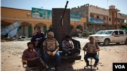 Rebeldes libios se toman un momento para descansar en medio de un violento conflicto que se ha prolongado meses.