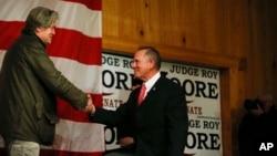 Steve Bannon (izquierda) presentó al candidato republicano al Senado por Alabama Roy Moore (derecha) durante un acto de campaña el martes, 5 de diciembre de 2017, en Fairhope, Alabama.