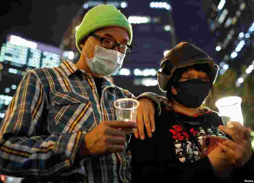 Manifestantes asisten a una manifestación para conmemorar el Día Internacional de los Derechos Humanos en Hong Kong, China.