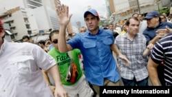 El líder opositor Henrique Capriles saluda a sus seguidores durante la marcha del 1 de mayo en Caracas.