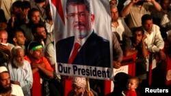 Протестуют сторонники свергнутого президента Египта Мохаммеда Мурси. Каир. 27 июля 2013 г.