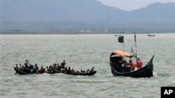 Bangladesh ကုိထြက္ေျပးခဲ့တဲ့ေလွမ်ားကို ေတြ႔ရစဥ္ (ဇြန္လ ၁၈ ရက္ေန႔ ၂၀၁၂)