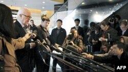 Đặc sứ Hoa Kỳ Stephen Bosworth trả lời phóng viên trước khi rời khỏi 1 khách sạn ở Bắc Kinh, Trung Quốc, 24/11/2010