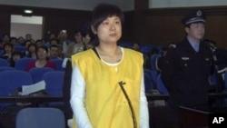 被判非法集資詐騙罪的吳英2009年4月16日出庭受審(資料照片)