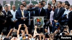 Лідер опозиції Венесуели Хуан Гуайдо, якого багато країн визнали законним тимчасовим правителем країни, виступає під час зустрічі з політичними лідерами в Каракасі, Венесуела, 27 березня 2019 року.