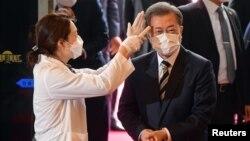 Tổng thống Moon Jae-in được đo thân nhiệt khi đến Quốc hội Hàn Quốc ngày 28/2/2020.