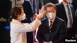 南韓總統文在寅戴著口罩在首爾的國會議事堂接受體溫檢測。(2020年2月28日)