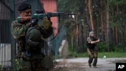 ພວກກະບົດແບ່ງແຍກດິນແດນ ທີ່ສະໜັບສະໜຸນຣັດເຊຍ ຢືນຍາມຢູ່ນອກເມືອງ Donetsk ທາງພາກຕາເວັນອອກຂອງ ຢູເຄຣນ.