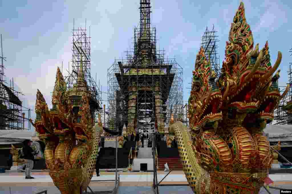 Patung-patung dewa yang akan digunakan dalam upacara Kremasi Kerajaan untuk mendiang Rajah Bhumibol Adulyadej terlihat di Bangkok, Thailand, 21 September 2017.