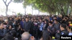 示威者2013年1月7日沿着靠近南方周末总部附近的一条大街聚集
