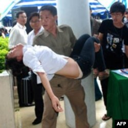 Sau khi tuyên án, Linh ngất xỉu và được đưa đi cấp cứu