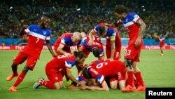 Các tuyển thủ Mỹ ăn mừng bàn thắng đầy kịch tính của John Brooks vào phút thứ 86.