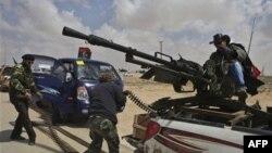 Libya'da İsyancılar Brega'dan Yine Çekildi