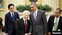 Tổng thống Barack Obama bắt tay Tổng Bí thư Nguyễn Phú Trọng sau khi phát biểu trong Phòng Bầu dục tại Tòa Bạch Ốc, Washington, ngày 7 tháng 7, 2015.