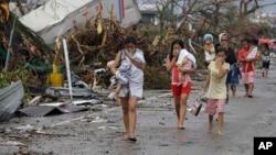 2013年11月10日:台风过后菲律宾中部莱特省塔克洛班市的居民