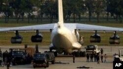지난 2009년 12월 태국 방콕 돈무앙 공항에서 경찰이 북한산 무기를 적재한 카자흐스탄 발 항공기를 조사하고 있다. 당시 중동으로 불법 수출되는 무기라는 의심을 받았다. (자료사진)