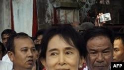 Bà Aung San Suu Kyi luôn bận rộn với các cuộc tiếp xúc với giới ngoại giao, các đại diện của Liên hiệp quốc, các chính trị gia, và các cơ quan quốc tế