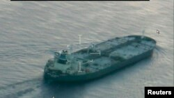 Amerikan Sahil Güvenlik Komutanlığı'na ait bir uçaktan görüntülenen Union Kalavryta adlı tanker Texas eyaleti açıklarında uluslararası sularda bekliyor