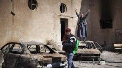 گزارش: نیروهای وفادار به قذافی مردم را از داخل خودروها به گلوله می بندند