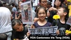 很多小朋友在家長帶領下參與支持台灣太陽花學運遊行 (美國之音湯惠芸拍攝)