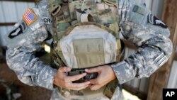 미국 군인과 민간인들이 민감한 군사장비를 해외에 판매한 혐의로 기소됐다. 이들이 판매한 장비 중 하나인 미군 방탄복. (자료사진)