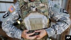 ເຄື່ອງນຸ່ງປ້ອງກັນລູກປືນ ຢູ່ໃນຈຳນວນເຄຶ່ອງທີ່ຖືກລັກຂະໂມຍ ຈາກຄ້າຍ Fort Campbell ໃນລັດ Kentucky.