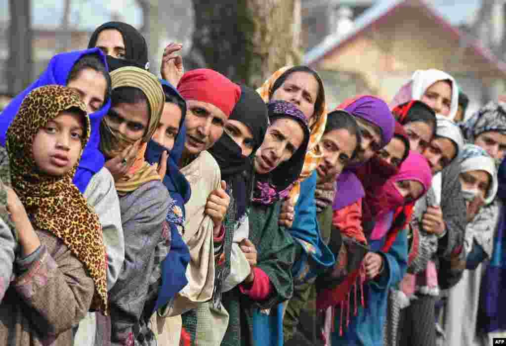 Kaşmirli köylüler, militan komutan Noor Muhammed Tantray'ın cenaze törenini izliyor.