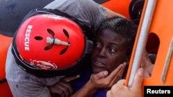 Thành viên của Proactiva Open Arms cứu hộ một di dân tại Địa Trung Hải, ngày 17/7/2018.