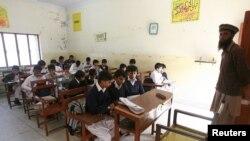 اسکول میں زیر تعلیم بچے