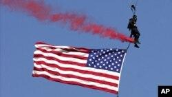 Un paracaidista de Leap Frogs del equipo Navy Seal durante una demostración en Annapolis, Maryland, en 2001.