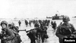 Des renforts américains débarquent sur Omaha Beach lors du débarquement en Normandie près de Vierville sur Mer, en France, le 6 juin 1944 dans cette (Photo des Archives nationales américaines).